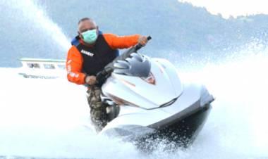 Gubernur GorontaloKendarai Jet Ski di Pulau Mohinggito UntukJaga Kebugaran